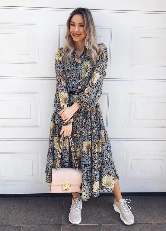 Девушка в цветочном платье миди и серых кроссовках