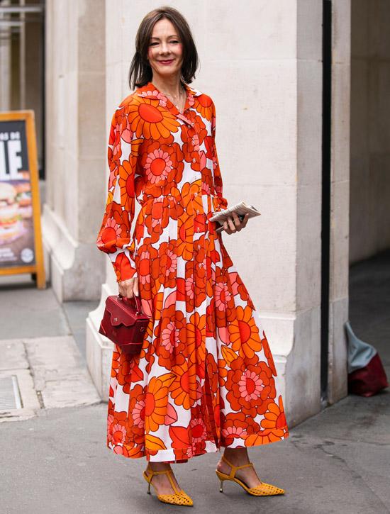 Девушка в ярком оранжевом платье и шикарные туфли
