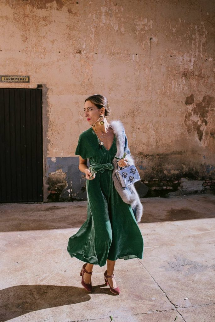 Девушка в зеленом платье миди и туфли