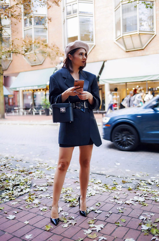 Девушка в жакете с ремнем, берет и черные туфли