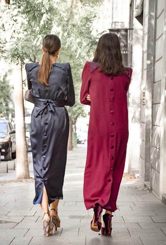 Девушки в необычных платьях мини с пуговицами