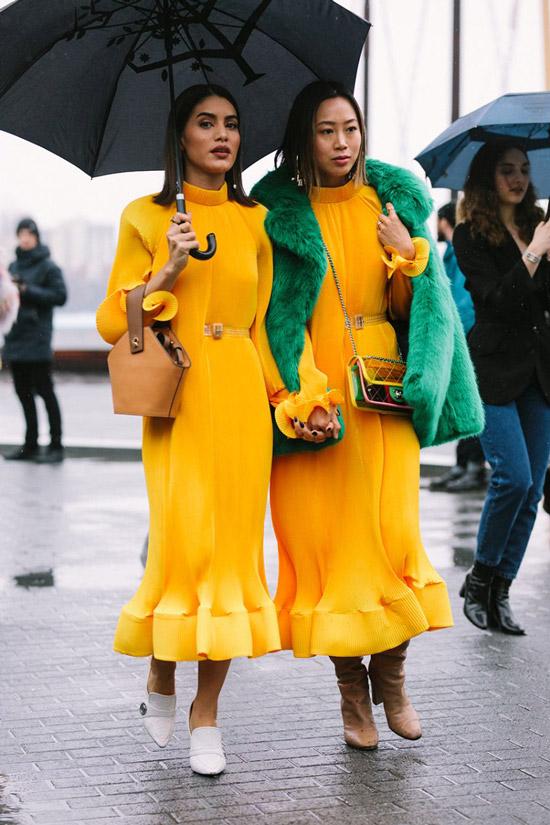 Девушки в желтых платьях и белых мюлях