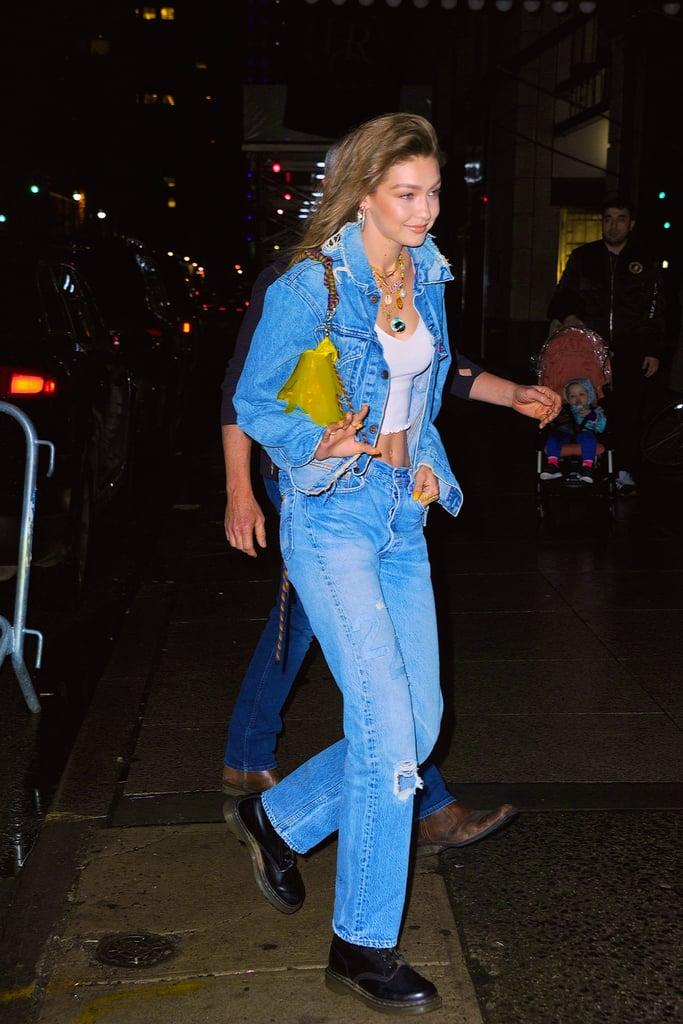 Gigi Hadid в голубом джинсовом костюме, кроп топ и желтая сумка
