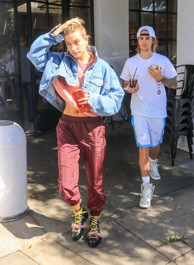 Hailey Baldwin в бордовых спортивных штанах, кроп топ и укороченная джинсовка
