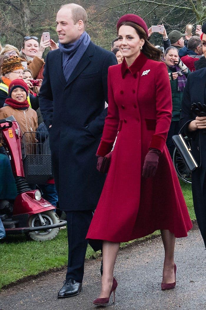 Кейт Миддлтон в бордовом пальто на пуговицах, маленькая шляпа и туфли на шпильке