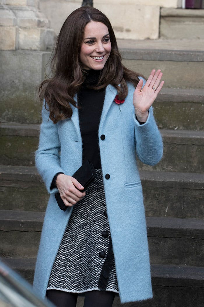 Кейт Миддлтон в шерстянном пальто голубого цвета, серая мини юбка и черная водолазка