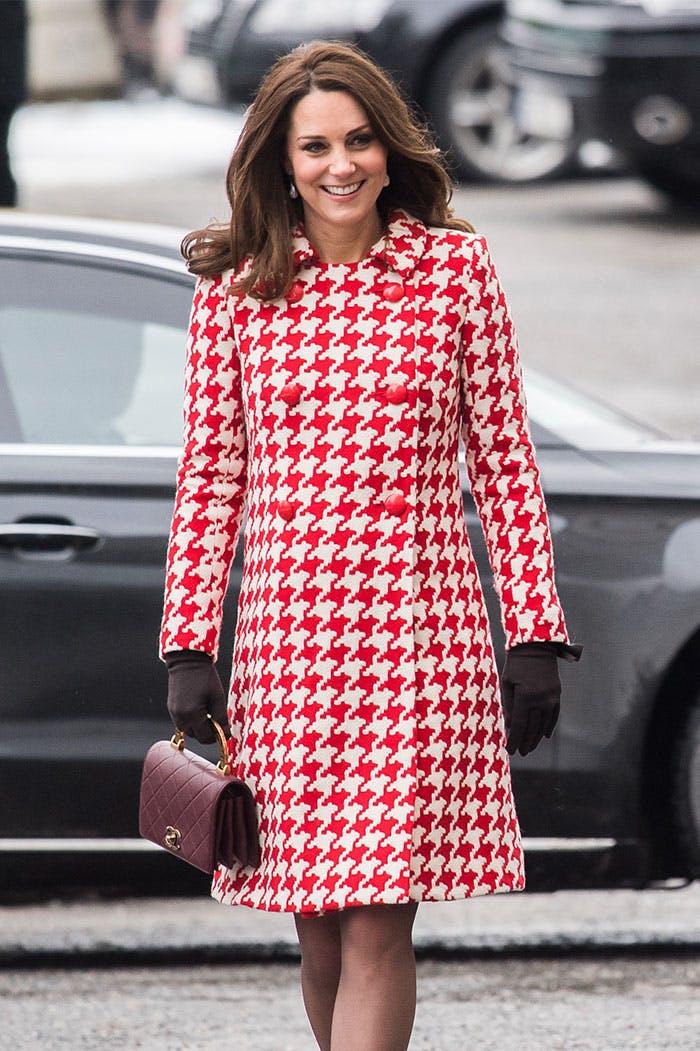 Кейт Миддлтон в ярком красно-белом пальто выше колена, черные перчатки и бордовая сумочка