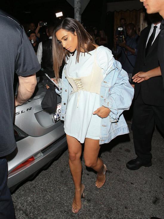 Kim Kardashian в белой футболке, корсет и голубая джинсовка оверсайз