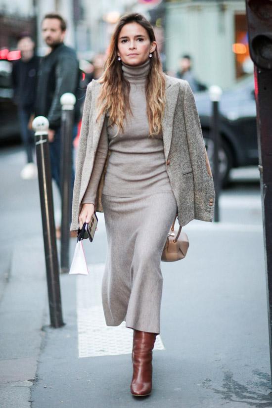 Мирослава Дума в теплом сером платье, жакет и коричневые сапоги