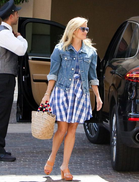 Reese Witherspoon в глубом сарафане в клетку, джинсовая куртка и бежевые босоножки на танкетке