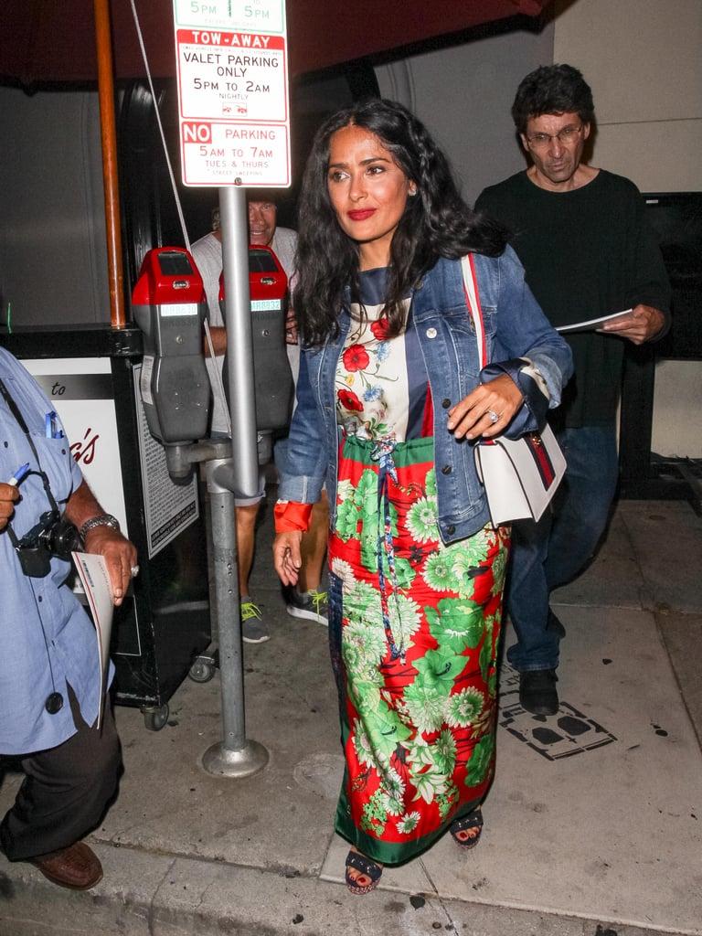 Salma Hayek в ярком цветочном платье в пол и джинсовая куртка
