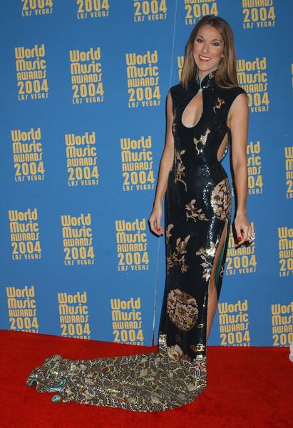Селин Дион в черном блестящем платье с длинным шлейфом