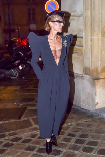 Селин Дион в черном комбинезоне с объемными плечами и глубоким декольте