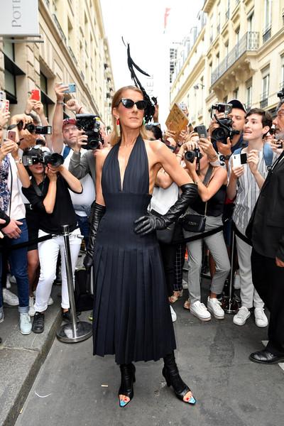 Селин Дион в черном платье с открытыми плечами, высокие перчакти и черные сапоги