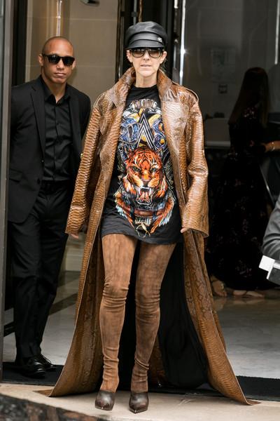 Селин Дион в черной футболке с рок принтом, длинное коричневое пальто и сапоги-чулки