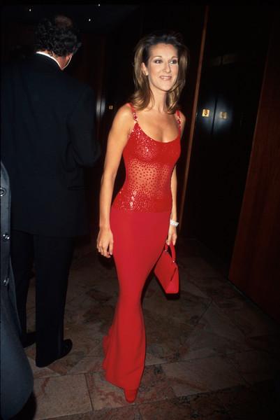 Селин Дион в красном облегающем платье макси