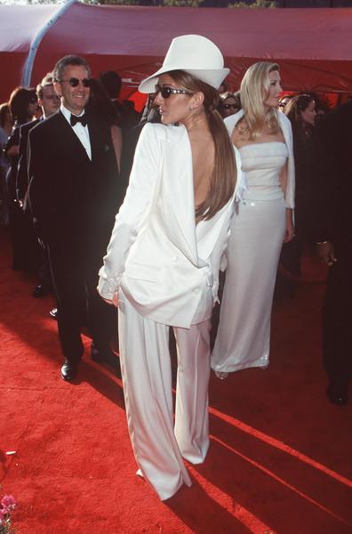 Селин Дион в необычном белом костюме и шляпе