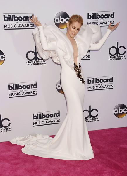 Селин Дион в потрясающем белом платье со шлейфом и объемные плечи