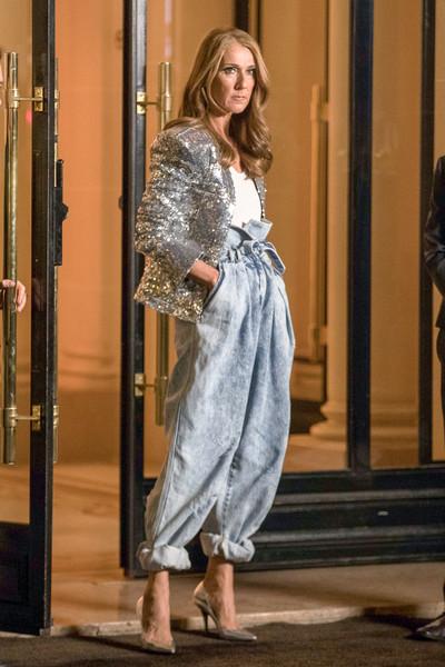 Селин Дион в серебристом пиджаке с блестками и широких джинсах
