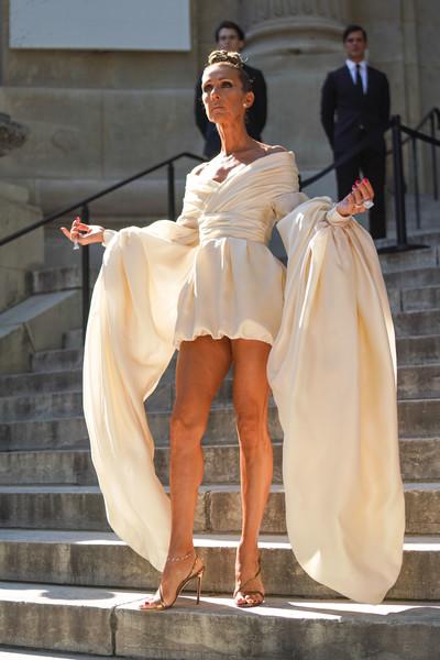 Селин Дион в шикарном мини платье с объемными рукавами и босоножки на ремешках