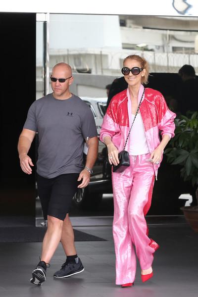 Селин Дион в спортивном розовом костюме и туфли на шпильке