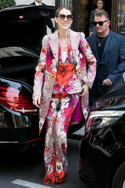 Селин Дион в ярком брючном костюме с цветами