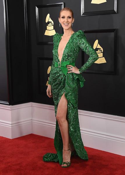 Селин Дион в зеленом блестящем платье с глубоким декольте