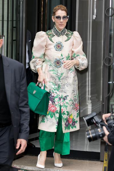 Селин Дион в зеленых брюках и бежевое пальто с цветочным принтом