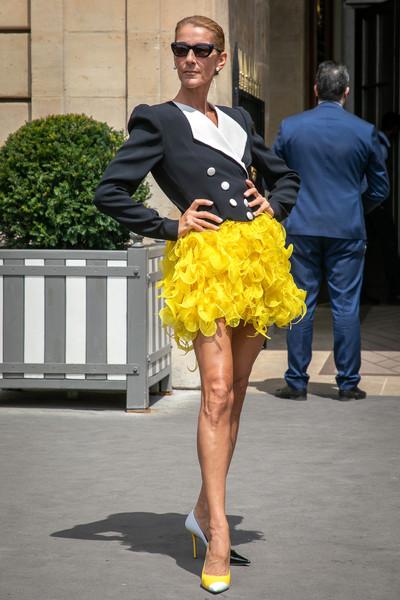 Селин Дион в желтой мини юбке, укороченный блейзер и туфли на шпильке