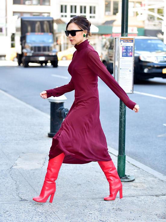 Виктория Бекхэм в бордовом платье миди с длинными рукавами и красные сапоги
