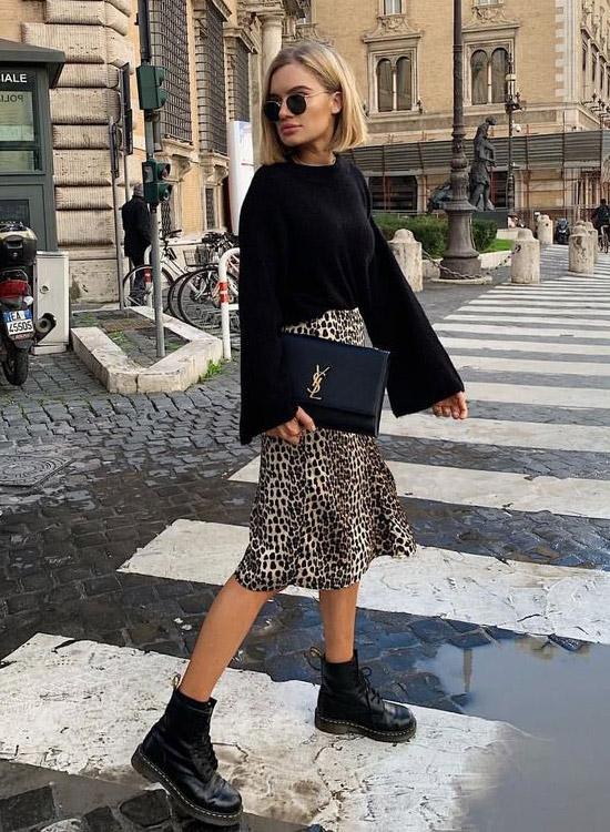 девушка в леопардовой юбке, черном лонгсливе и массивных ботинках