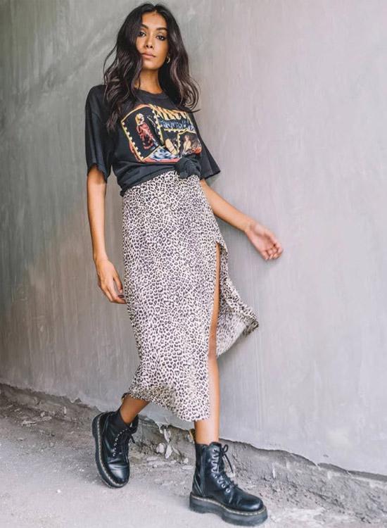 девушка в леопардовой юбке, черной футболке с принтом и армейских ботинках