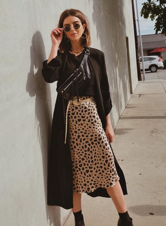 девушка в леопардовой юбке и черном пальто