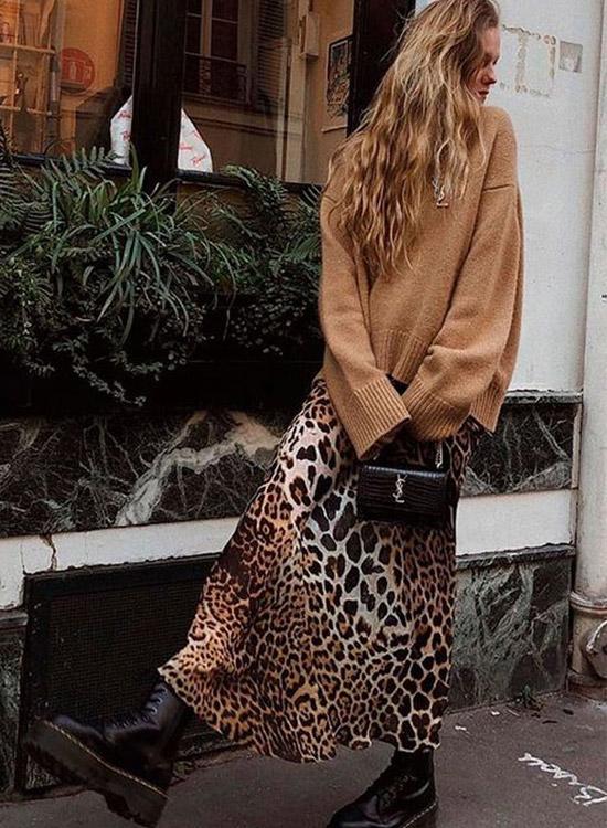 девушка в леопардовой юбке, лонгсливе и ботинках