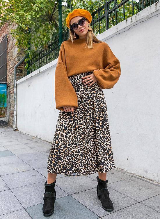 девушка в леопардовой юбке, свите оверсайз, берете и ботильонах
