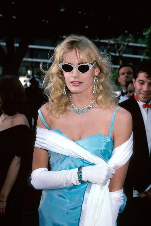 Дерил Ханна в голубом платье на бретельках и белые перчатки по локоть
