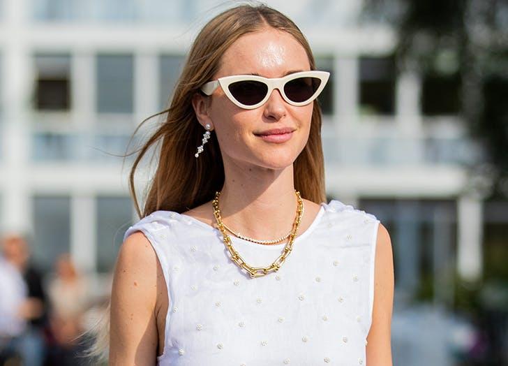 Девушка в белом топе, солнцезащитные очки и жемчужные серьги