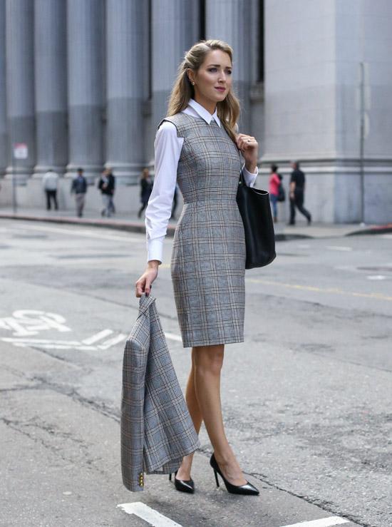 Девушка в белой рубашке и серый офисный сарафан