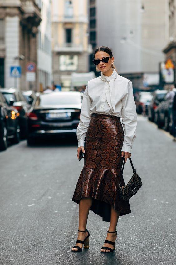 Девушка в белой рубашке, кожаная юбка из змеиной кожи и черные босоножки