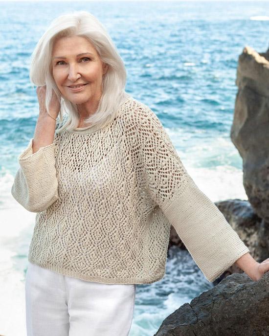 Девушка в белых брюках и бежевом вязанном свитере