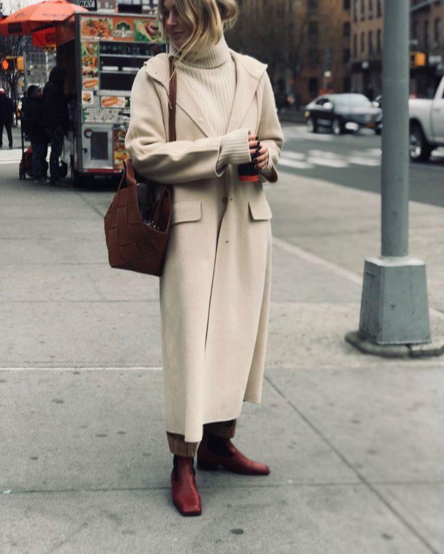 Девушка в бежевом свитере, светлое пальто оверсайз и ботинки