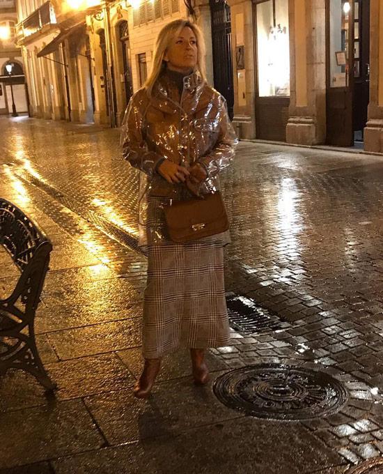 Девушка в бежевой юбке, прозрачный плащ и бежевые туфли