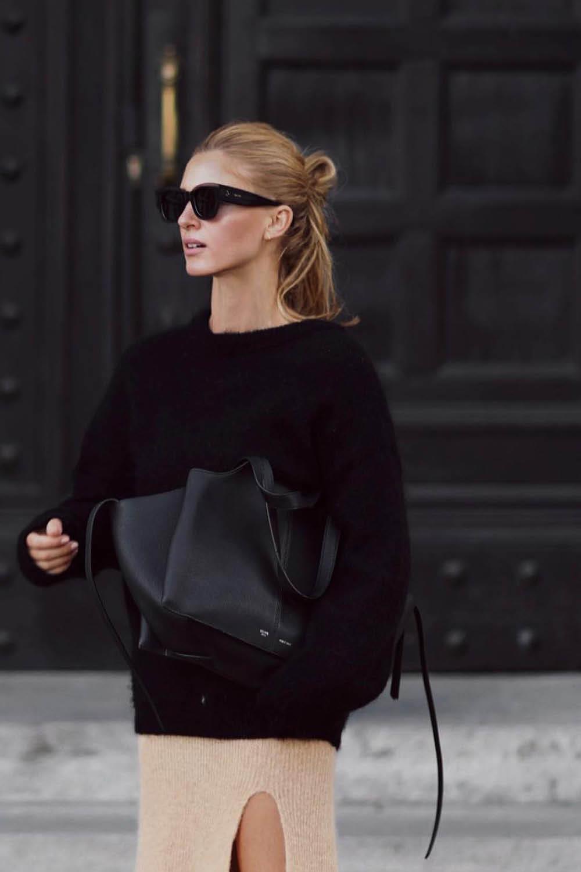 Девушка в бежевой юбке с разрезом и черный свитер оверсайз