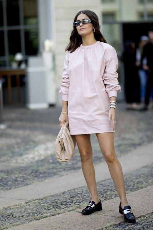 Девушка в бледно розовом платье и черных лоферах