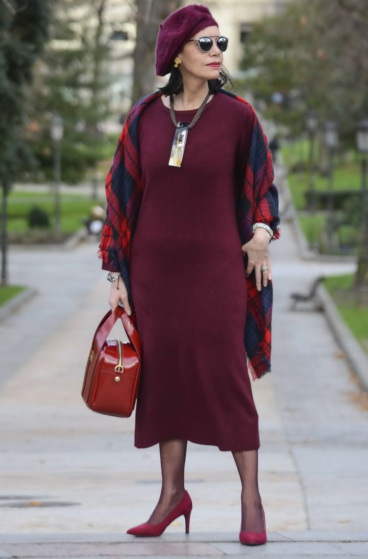 Девушка в бордовом платье миди, платок в клетку и бордовые туфли и берет