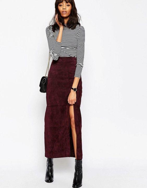 Девушка в бордовой юбке с разрезом и водолазка в полоску, лакированные ботильоны