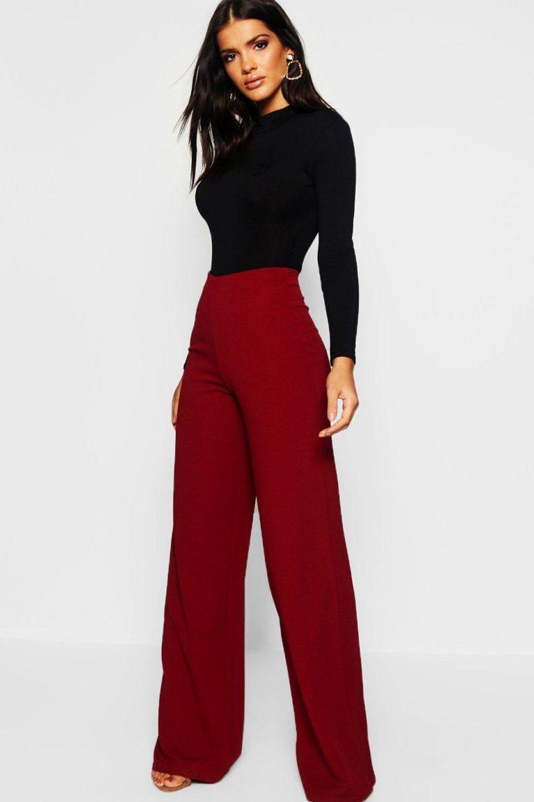 Девушка в бордовых широких брюках и черной водолазке