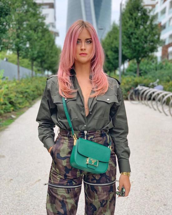 Девушка в брюках хаки, зеленая рубашка и сумочка