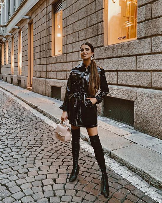 Девушка в черном лакированном плаще и ботфортах
