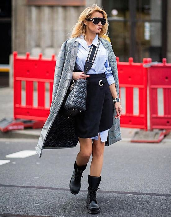 Девушка в черной мини юбке, голубая рубашка и серое пальто, черные ботинки